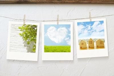 部屋に飾ってある3枚の絵