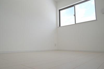 暗い部屋を壁紙や照明を変えて部屋を明るく!鏡を使った方法とは?