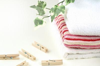 重ねたタオルと洗濯ばさみ