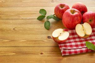 テーブルの上にあるりんご