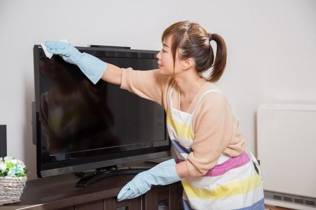 テレビ画面をアルコールで拭くのはダメな理由とは?